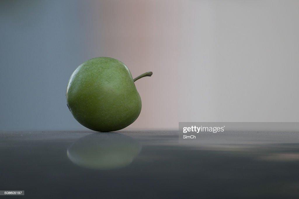 Maçã verde na superfície preta : Foto de stock