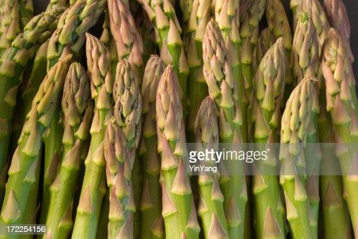グリーンアスパラガス春の野菜のクローズアップのパターンの背景テクスチャ