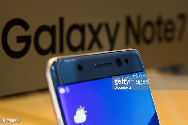 A green battery icon is displayed on the screen of a Samsung Electronics Co Galaxy Note 7 smartphone at the company's D'light flagship store in Seoul...
