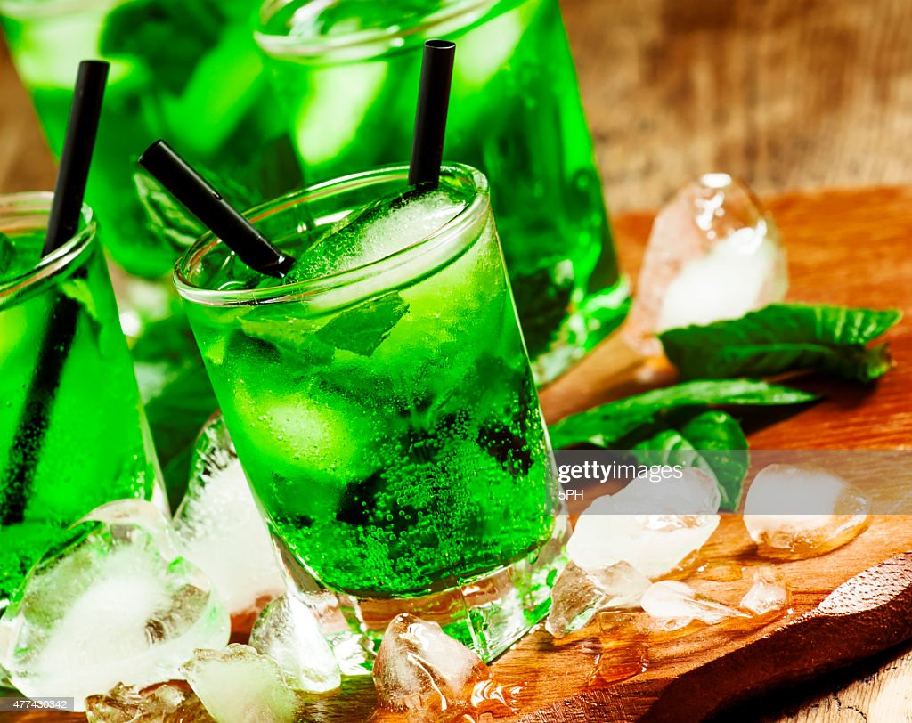 green cocktail mit minze eis und getr nke stock foto getty images. Black Bedroom Furniture Sets. Home Design Ideas