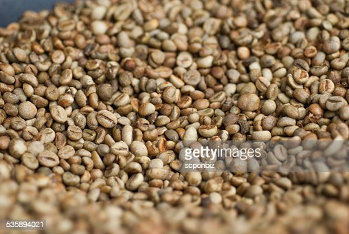 Green coffee beans in a pan : Stockfoto