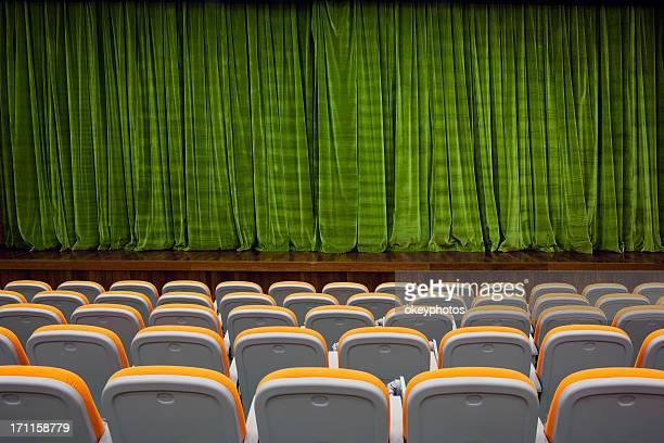 color verde de la cortina de terciopelo y asientos