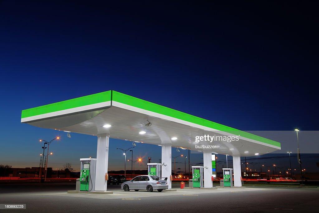 Green Tankstelle Lichter in der Nacht : Stock-Foto