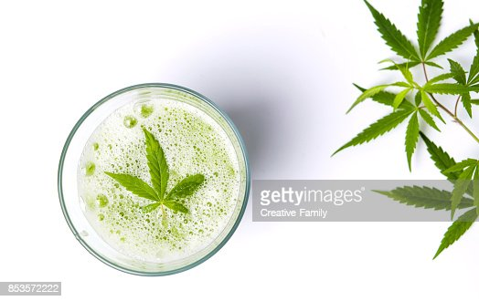 Green marijuana juice on white : Foto de stock