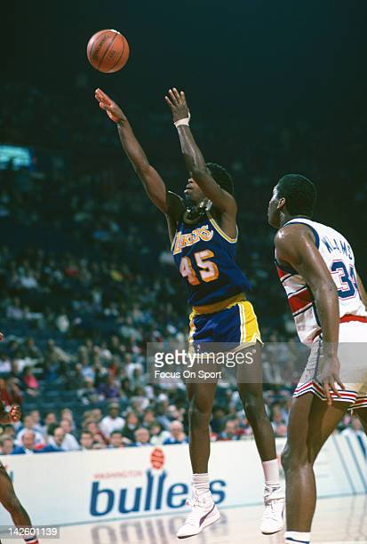 C Green of the Los Angeles Lakers shoots against the Washington Bullets during an NBA basketball game circa 1986 at the Capital Centre in Landover...