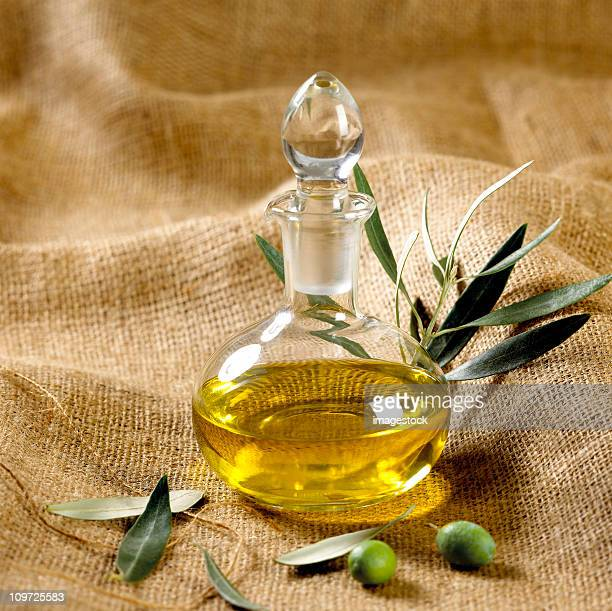 olive verdi e olio d'oliva su sackcloth