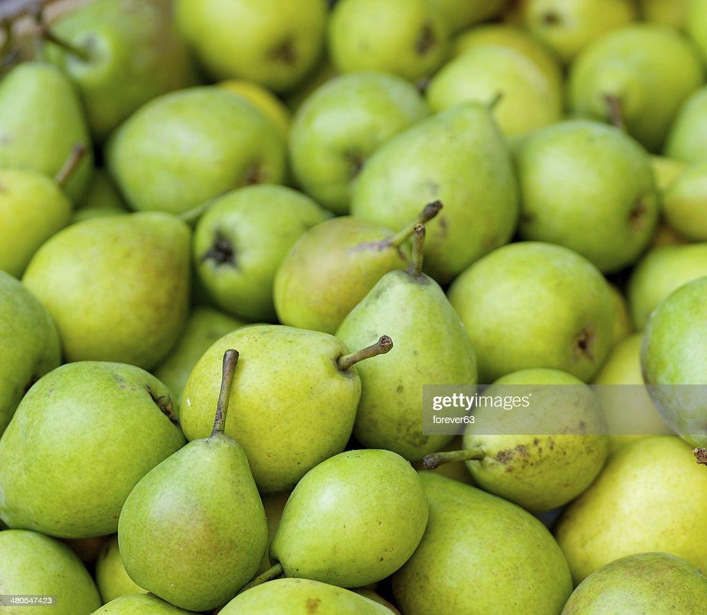 Verde Peras em um mercado famers : Foto de stock