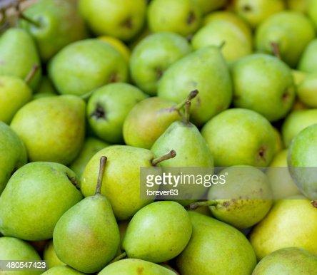 Verde peras en un mercado famers : Foto de stock