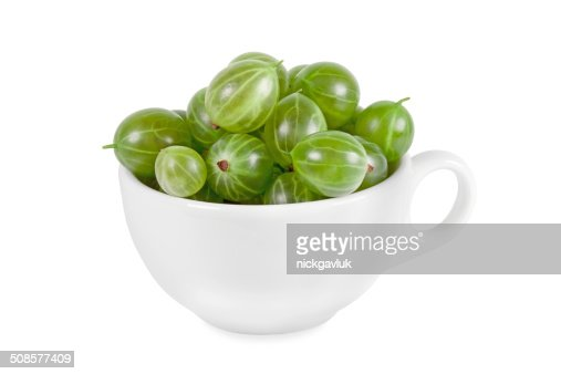 Verde maturo Gooseberries in una tazza bianca : Foto stock