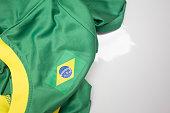 Camiseta verde com gola branca e a bandeira do brasil
