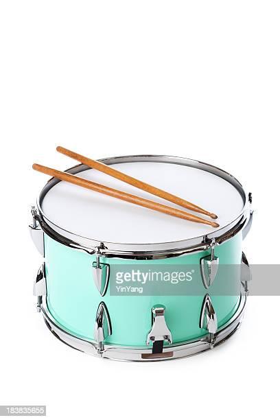 Verde tambor militar con Drumsticks, instrumento aislado sobre fondo blanco