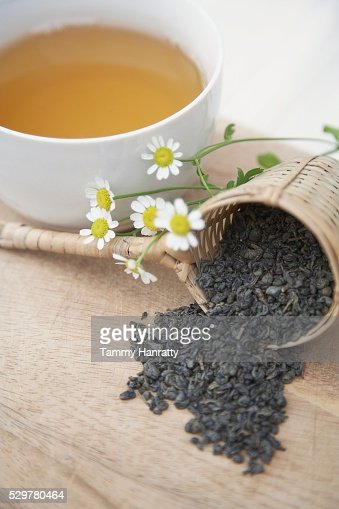 Green tea leaves and chamomile flowers : Foto stock