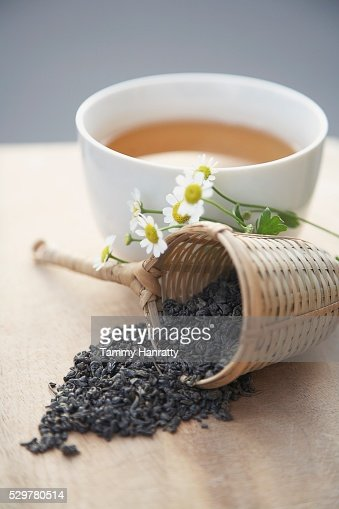 Green tea leaves and chamomile flowers : Stockfoto