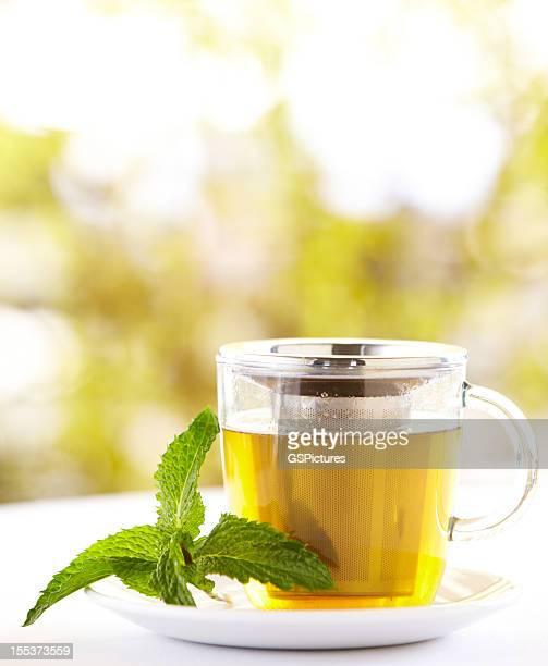 Grüner Tee mit Minze Blatt im Freien
