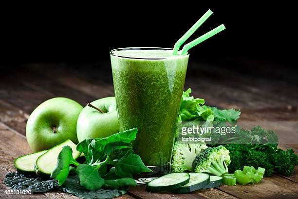 Verde Jugo de vegetales en mesa de madera rústica