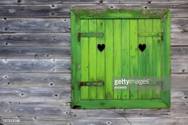 Green Fenster eine hölzerne Hütte in den Alpen