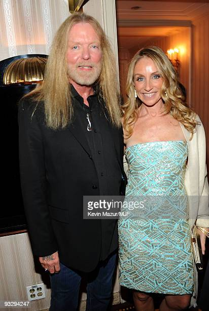 * EXCLUSIVE * Gregg Allman and Tracy Pollan pose backstage The Michael J Fox Foundation�s 2009 Benefit 'A Funny Thing Happened on the Way to Cure...