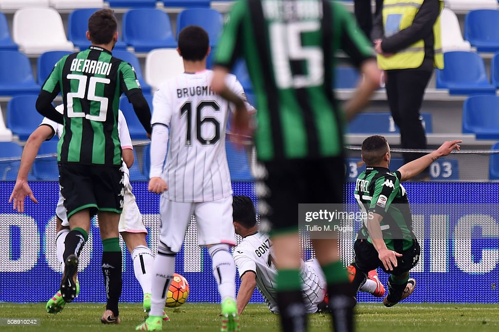 Gregoire Defrel of Sassuolo scores the equalizing goal during the Serie A match between US Sassuolo Calcio and US Citta di Palermo at Mapei Stadium - Città del Tricolore on February 7, 2016 in Reggio nell'Emilia, Italy.