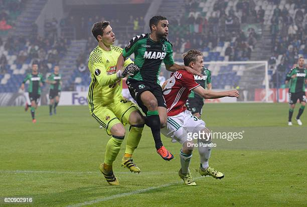 Gregoire Defrel of US Sassuolo Calcio compete with Richard Strebinger goalkeeper and Manuel Thurnwald of SK Rapid Wien during the UEFA Europa League...