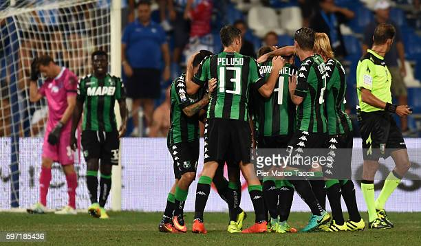 Gregoire Defrel of US Sassuolo celebrates with team his first goal during the Serie A match between US Sassuolo and Pescara Calcio at Mapei Stadium...