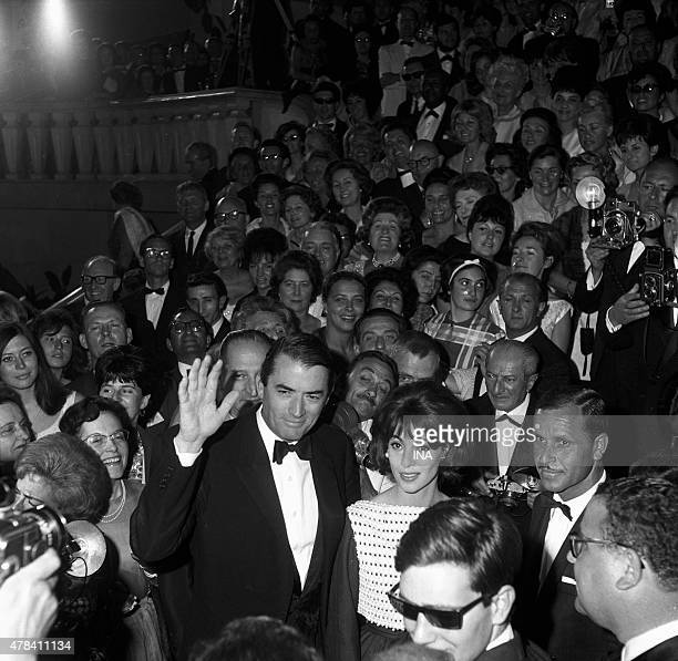 Gregory Peck and his wife Veronique Passani on the walking of the palace for the presentation of its movie ''Of the silence and the shadows'' to the...