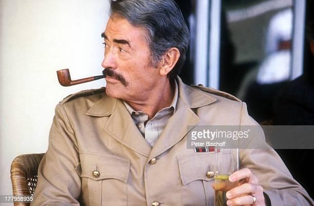 Gregory Peck Dreharbeiten zum Kinofilm 'Die Seewölfe kommen' Neu Dehli Indien Asien Uniform Kostüm Pfeife rauchen Schauspieler