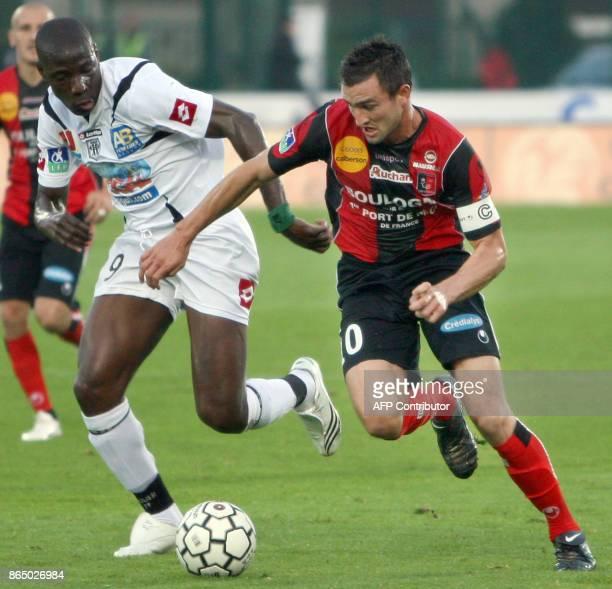 PAPIER 'LIGUE 2 BOULOGNESURMER LE STYLE DE THIL' Gregory Thil est a la lutte avec un adversaire le 28 septembre 2007 à BoulognesurMer lors du match...