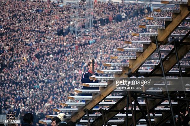 Grenoble Winter Olympic Games 1968 Grenoble 6 février 1968 Lors de la cérémonie d'ouverture des Jeux Olympiques d'hiver dans un stade le flambeau à...