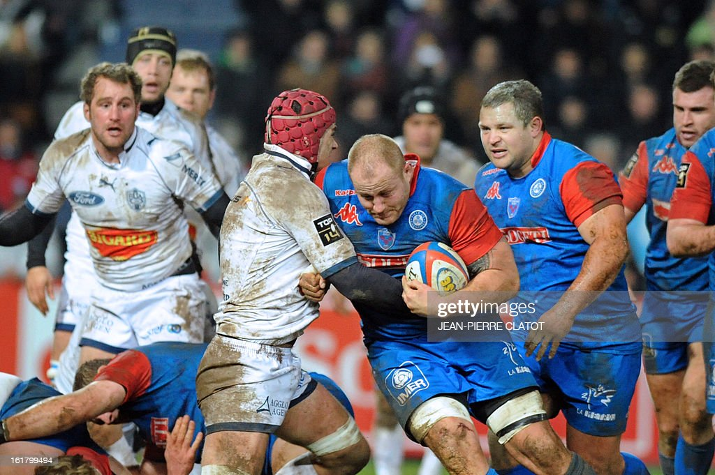 Grenoble's Australian lock Ben Hand (C) runs with the ball during the French Top 14 rugby union match Grenoble (FCG) vs Agen (SU) on February 16 , 2013 at the Stade Lesdiguieres in Grenoble. AFP PHOTO / Jean Pierre Clatot