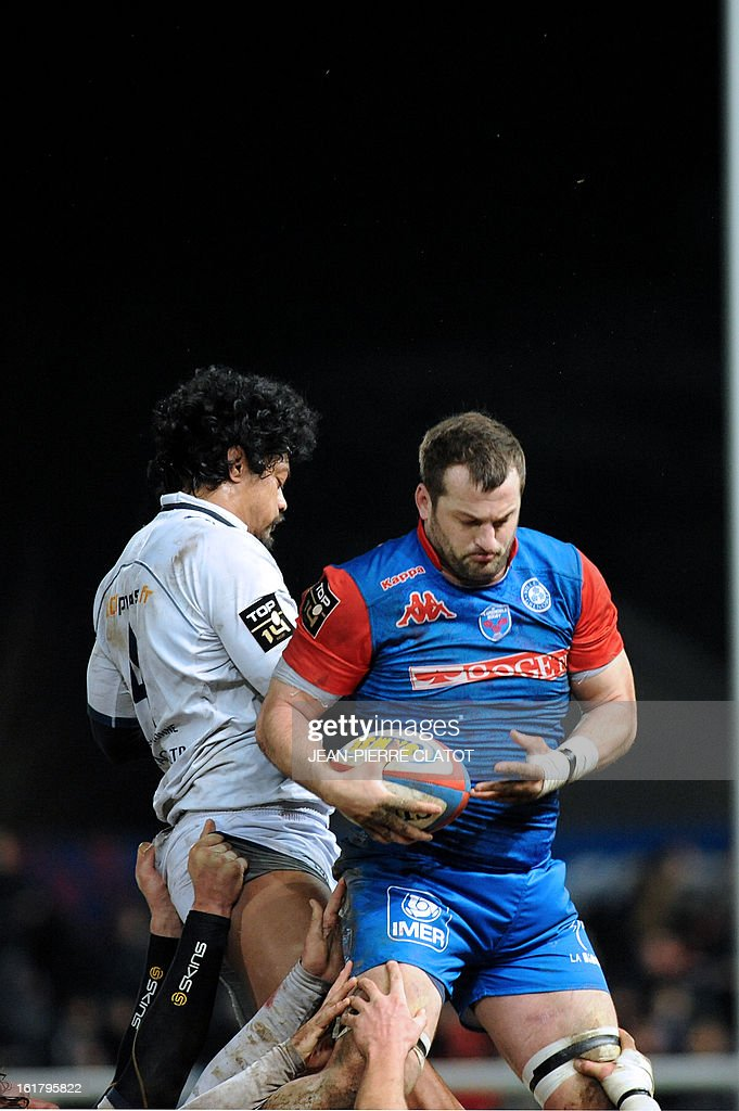 Grenoble's French flanker Florian Faure (R) grabs the ball in a line out during the French Top 14 rugby union match Grenoble vs Agen on february 16, 2013 at the Lesdiguieres Stadium in Grenoble, southeastern France. AFP PHOTO / JEAN-PIERRE CLATOT