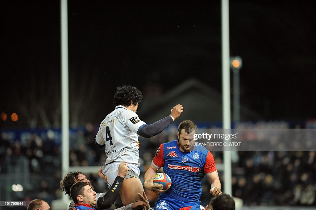 Grenoble's French flanker Florian Faure (R) grabs the ball in a line out during the French Top 14 rugby union match Grenoble vs Agen on february 16, 2013 at the Lesdiguieres Stadium in Grenoble, southeastern France.
