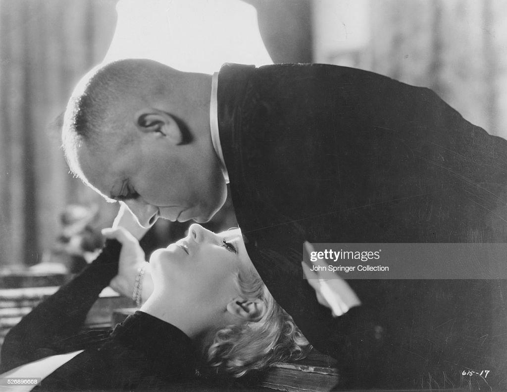[Juego] Adivina el fotograma Greta-garbo-and-erich-von-stroheim-in-a-scene-from-the-1932-drama-as-picture-id526896668
