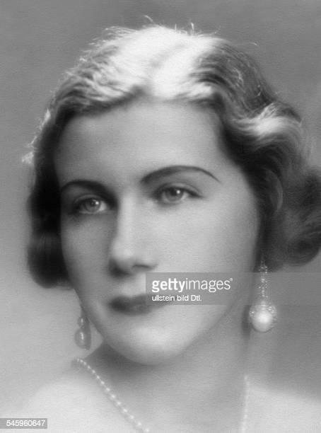 Gräfin Charlotte LimburgStirumPorträt mit Perlenkette und Ohrschmuck undatiert um 1932veröffentlicht Dame 16/1932Foto Paul Kehren