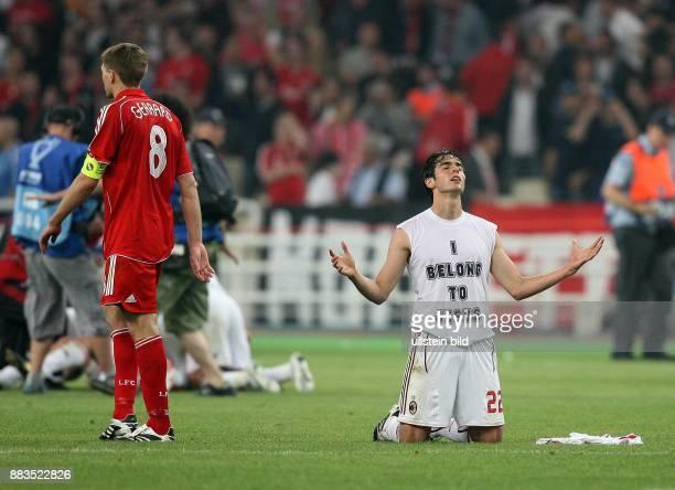 UEFA Champions League Saison 2006/2007 Finale AC Mailand FC Liverpool 21 Mailands Kaka kniet nach Spielschluss auf dem Rasen er traegt ein Unterhemd...