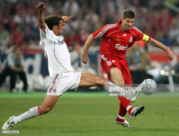 UEFA Champions League Saison 2006/2007 Finale AC Mailand FC Liverpool 21 Zweikampf um den Ball zwischen Mailands Paolo Maldini und Liverpools...