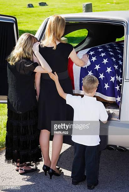 Grieving Familie bei einer Beerdigung