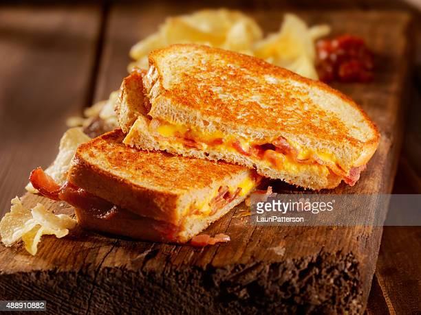 Panino al formaggio alla griglia e pancetta