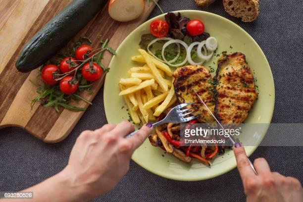 Poitrine de poulet grillée à la sauce au miel et légumes