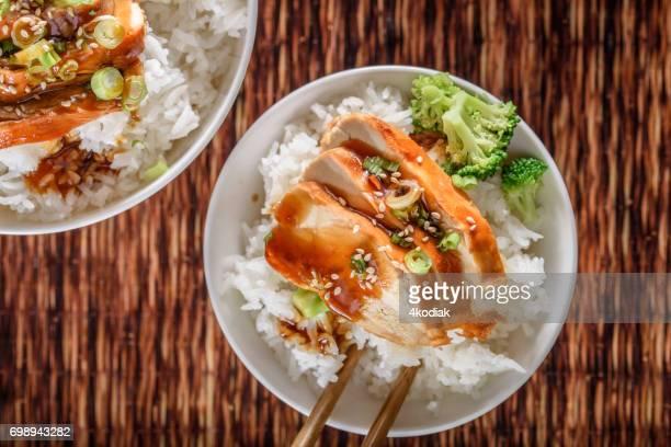 照り焼き蒸しご飯の上に鶏胸肉のグリル