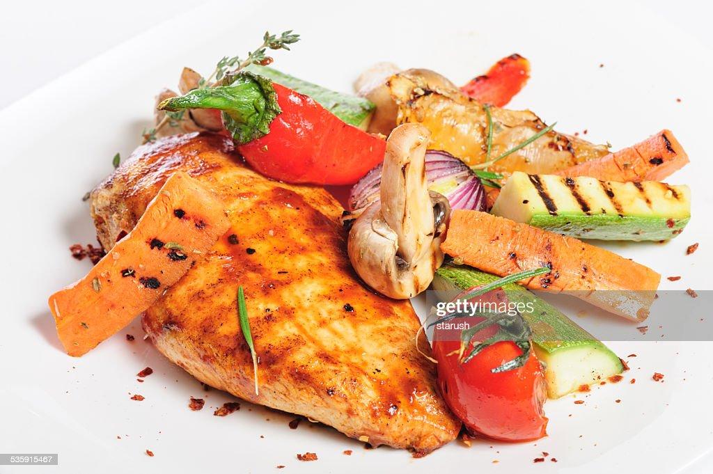 Filete de frango grelhado e produtos hortícolas : Foto de stock