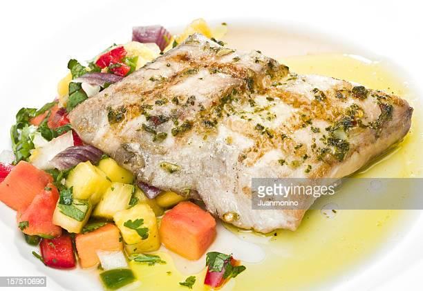 Filet de poisson grillé avec des fruits tropicaux
