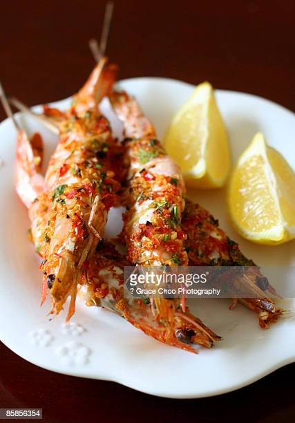 Grilled prawns with lemon slices