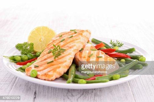 Salmón asado con verduras : Foto de stock