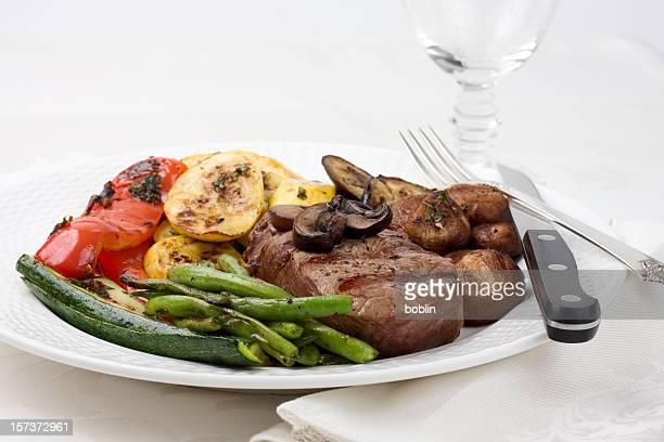 Steak grillé et légumes