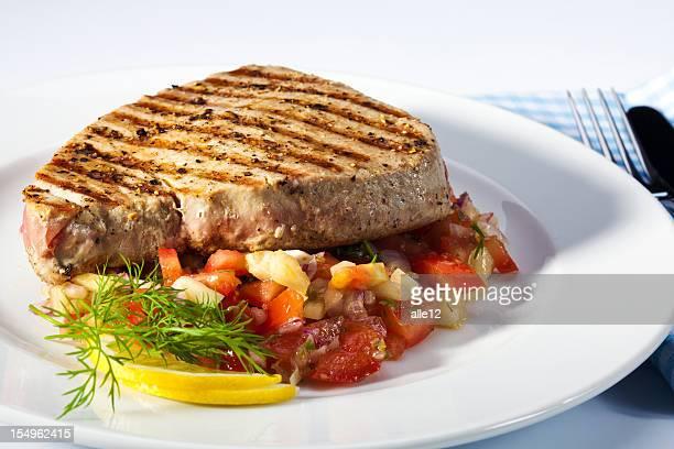 Grillades steak de thon avec une salade