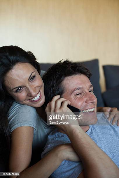 Sourire couple partage de téléphone portable