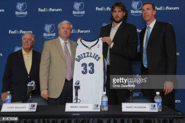 Grizzlies owner Michael Heisley General Manager and Vice President Chris Wallace Marc Gasol and Coach Marc Iavaroni all pose together as Gasol...