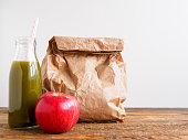Essen, Getränk, Gemüse, Obst, Pausenbrot, Tisch, Textfreiraum