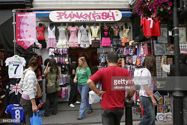 Großbritannien London Kensington und Chelsea Passanten auf dem Portobello Road Market