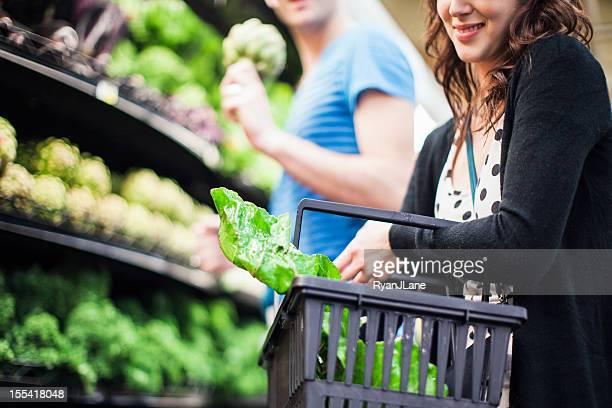 食料品ショッピングをする若いカップル